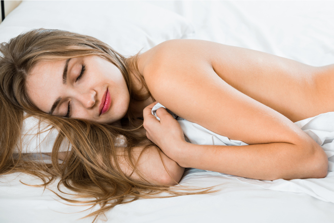 4 excellent reasons why we should sleep naked!