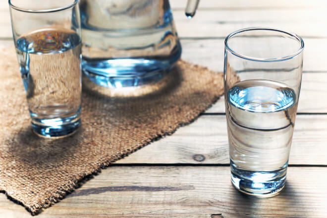 Drinking water before bedtime? A healthy and restful habit!